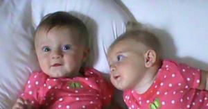 Mama aşază gemenele una lângă alta în pat, dar nu vă luaţi privirea de la fetiţa din dreapta