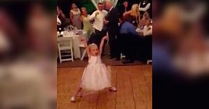 Această fetiţă începe să danseze la o nuntă. Când muzica se schimbă, invitaţilor nu le vine să creadă ce văd