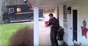 Curierul UPS găseşte un cadou în faţa casei. Camera ascunsă surprinde reacţia lui neaşteptată