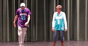 Acest tânăr şi-a provocat mama la dans, însă nici macăr ea nu se aştepta că va atrage toate privirile