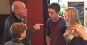 Un client al restaurantului observă o profesoară aşezându-se lângă un elev. Priviţi-l ce face când descoperă intenţiile ei