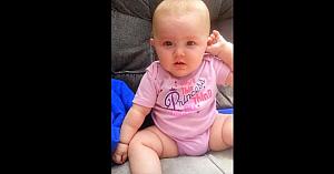 Această fetiţă se uită fix în ochii mamei, apoi are o reacţie care a făcut o lume întreagă să râdă cu poftă