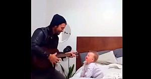 Tatăl îi cântă fetiţei înainte de culcare, însă reacţia micuţei este cea care face deliciul tuturor