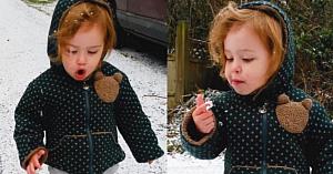 Fetiţa este uimită de prima ninsoare din viaţa ei. Reacţia ei nepreţuită o face pe mama să pornească imediat camera