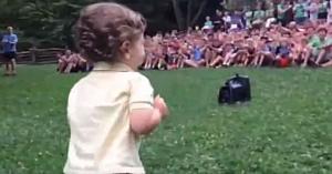 Un băieţel apare în faţa unui grup de 500 de persoane. Priviţi reacţia tuturor la mişcările lui
