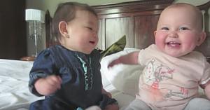 Mama aşază fetiţele una lângă alta şi porneşte camera, însă nu se aştepta să surprindă o asemenea scenă