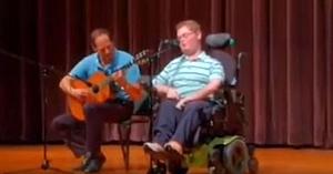 Un tânăr cu dizabilităţi i se alătură tatălui într-un concurs de talente. Când deschide gura, uimeşte întreaga sală