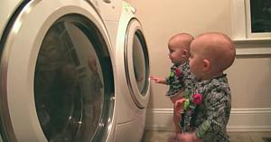 Mama le spune gemenelor că este timpul pentru spălatul rufelor. Staţi să vedeţi reacţia fetiţelor