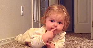 Această fetiţă adorabilă face o descoperire. Filmarea surprinsă de mama ei topeşte inimile tuturor