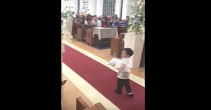 Totul se desfăşura perfect pentru micuţul purtător de verighete, apoi întreaga biserică explodează în hohote de râs