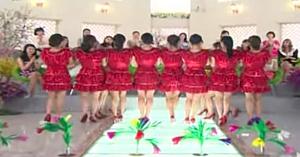 12 tinere în rochii roşii intră pe scenă. Când se întorc spre public, nimănui nu-i vine să creadă ce vede