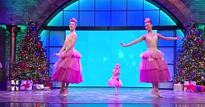 Două balerine înalte intră pe scenă, însă nu vă luaţi privirea de la fetiţa din mijloc