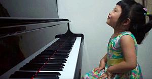 O fetiţă adorabilă de 3 ani cântă la pian. Toată lumea a fost cucerită de interpretarea ei
