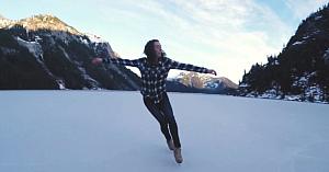 S-a dus să patineze pe un lac îngheţat din munţi. Imaginile surprinse din elicopter îţi taie răsuflarea