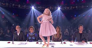 Doi copii urcă pe scenă - dar la scurt timp după ridică sala în picioare cu talentul lor