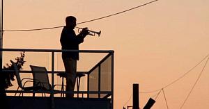 Acest bărbat iese pe balcon în fiecare zi şi interpretează acelaşi cântec. Acum urmăriţi cum reacţionează vecinii săi