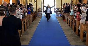Este timpul ca mireasa să-şi facă intrarea în biserică, dar nu vă luaţi privirea de la tatăl ei