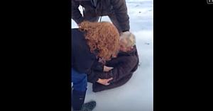 O femeie de 85 de ani îşi roagă familia să o aşeze pe zăpadă. Câteva momente mai târziu? Fără cuvinte!