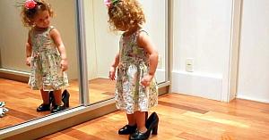 O fetiţă adorabilă se poziţionează în faţa oglinzii. Ce face câteva clipe mai târziu topeşte inimile tuturor
