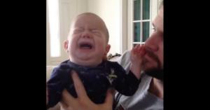 Nevăzător şi fără auz, acest bebeluş plângea fără oprire. Tatăl are o soluţie minunată pentru a-l calma