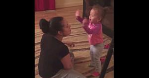 Această fetiţă poartă o discuţie aprinsă cu mama ei în cel mai dulce mod posibil