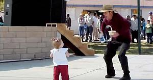 Un trecător o provoacă pe această fetiţă la dans. Reacţia ei adorabilă atrage toate privirile