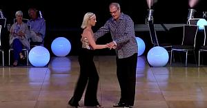 """Mulţimea l-a considerat """"prea bătrân"""" pentru acest dans - însă priviţi-l când începe să se mişte"""