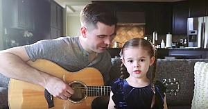 Fetiţa îşi anunţă tatăl că va cânta o melodie sensibilă. Rezultatul topeşte inimile tuturor