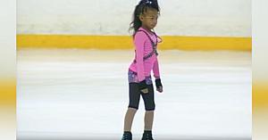 O patinatoare de 9 ani se pregăteşte să-şi înceapă programul, apoi uimeşte publicul cu mişcările ei de hip hop