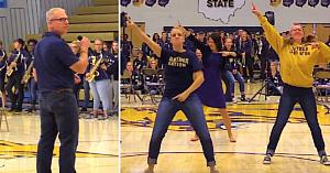 Directorul ţinea un discurs când profesorii ocupă în forţă ringul de dans. Apoi totul se transformă într-un moment memorabil