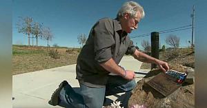 Tatăl îndurerat îngrijeşte memorialul ridicat în amintirea fiului său până când proprietarii terenului îi lasă o scrisoare