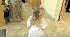 Fetiţa cu florile era speriată să meargă spre altar. Invitaţii izbucnesc în hohote de râs când văd cine apare să salveze situaţia