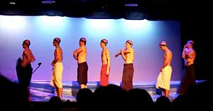 7 băieţi acoperiţi de prosoape urcă pe scenă - nici nu începe bine muzica şi publicul explodează în hohote de râs