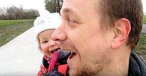 """Tatăl insistă ca fetiţa să spună """"Papa"""". Răspunsul ei i-a făcut pe toţi să râdă cu poftă"""