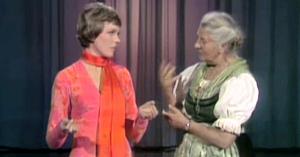 Julie Andrews o întâlneşte pe adevărata Maria von Trapp. Lucrurile iau o turnură amuzantă în clipa în care Maria are o observaţie de făcut