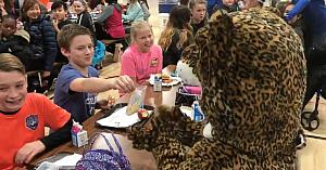Reacţia acestui băiat când vede cine se ascundea în costumul mascotei şcolii a făcut întreaga sală de mese să suspine