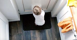 Fetiţa descoperă uşa de acces a pisicii. Ce surprinde apoi camera de supraveghere este de tot hazul