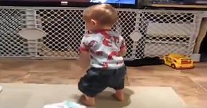 Deşi nu are decât 2 ani şi jumătate, nimic nu-l împiedică pe acest băieţel să facă spectacol când aude melodia lui preferată