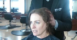 Obosită să-şi tot aranjeze părul subţire şi degradat, această femeie apelează la un stilist. Transformarea o face de nerecunoscut