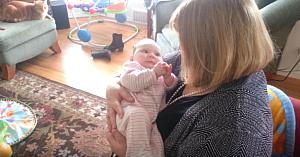 Bunica îi cântă bebeluşului o melodie compusă în 1935. Reacţia copilului e nepreţuită