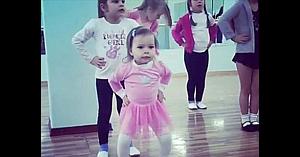 Mai multe fetiţe se află în sala de balet, dar micuţa în rochiţă roz este cea care atrage toate privirile!