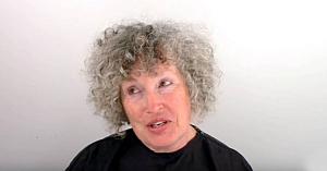 Sătulă de părul cărunt, această femeie decide să meargă la stilist. Rezultatul e demn de o vedetă de televiziune