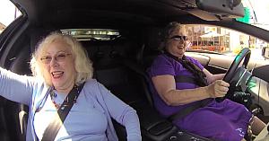 Le-au dat cheile de la un Lamborghini acestor două bunici. Rezultatul final e comedie pură