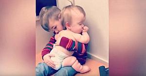 """Surioara cea mică este bolnavă şi nu poate dormi. Imaginile filmate de mamă în timp ce fratele """"o ajută"""" au ajuns virale"""