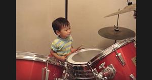 Băieţelul de 2 ani aude melodia lui preferată. Ia beţele de la tobe şi lasă internetul fără replică