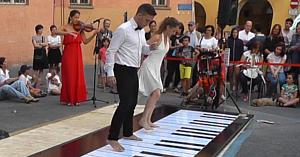 Doi dansatori păşesc pe un pian uriaş, lăsând publicul fără cuvinte în momentul în care încep să se mişte