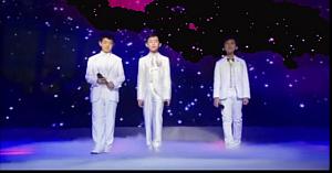 Trei băieţi urcă pe scenă. Câteva clipe mai târziu publicul este fermecat de interpretarea lor