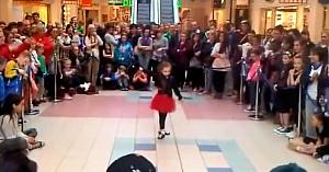 Oamenii se adună în jurul acestei fetiţe. Când muzica începe, dansul ei aparte face deliciul tuturor