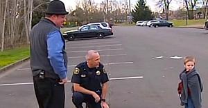 Poliţistul care investiga o maşină suspectă găseşte un copil tremurând într-o pătură şi refuză să aplice legea