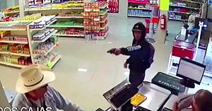 Un client cu pălărie de cowboy are o reacţie neaşteptată când un hoţ înarmat îndreaptă pistolul spre el